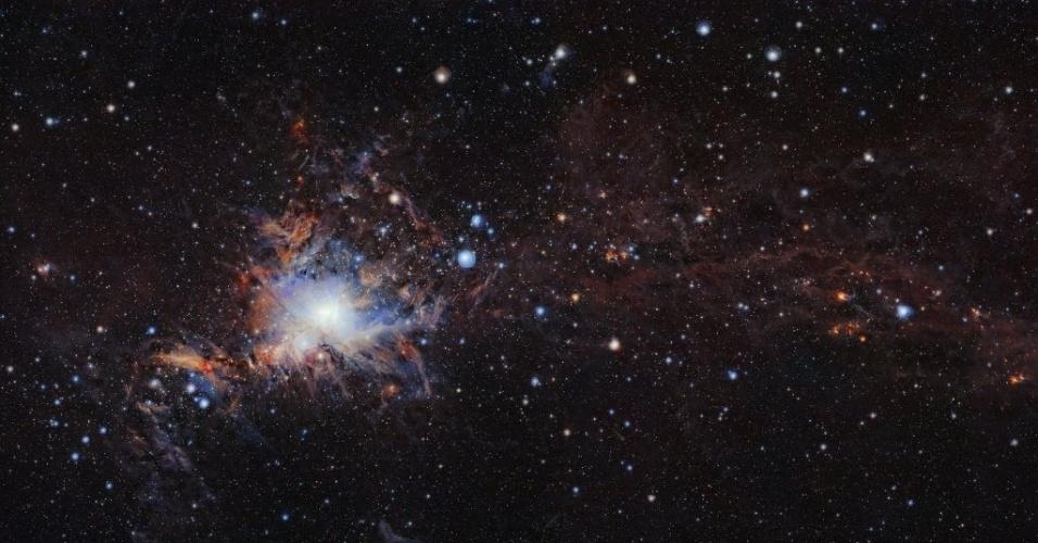 4.jan.2017 - MOSAICO DE ORION - A imagem mostra parte do maior mosaico de alta resolução já feito de Orion. A imagem foi feita com o telescópio de infravermelho VISTA, no Observatório Europeu do Sul, no Chile. O mosaico conta com a nuvem molecular de Orion, a mais próxima fábrica de estrelas maciças conhecida, cerca de 1.350 anos-luz da Terra, além de revelar muitas estrelas jovens e outros objetos que costumam aparecer enterrados profundamente em nuvens empoeiradas