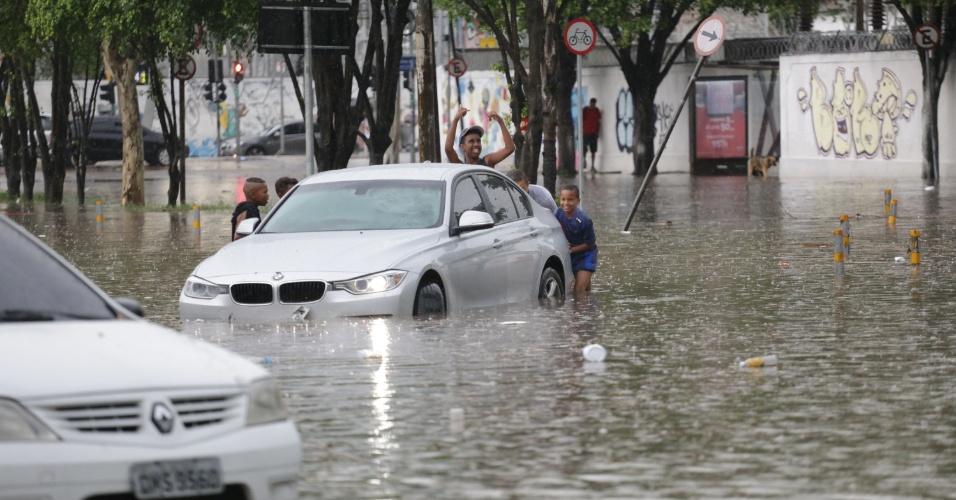 7.jan.2017 - Alagamento na Avenida Zaki Narchi, Zona Norte de São Paulo, nesta tarde de sábado (7)