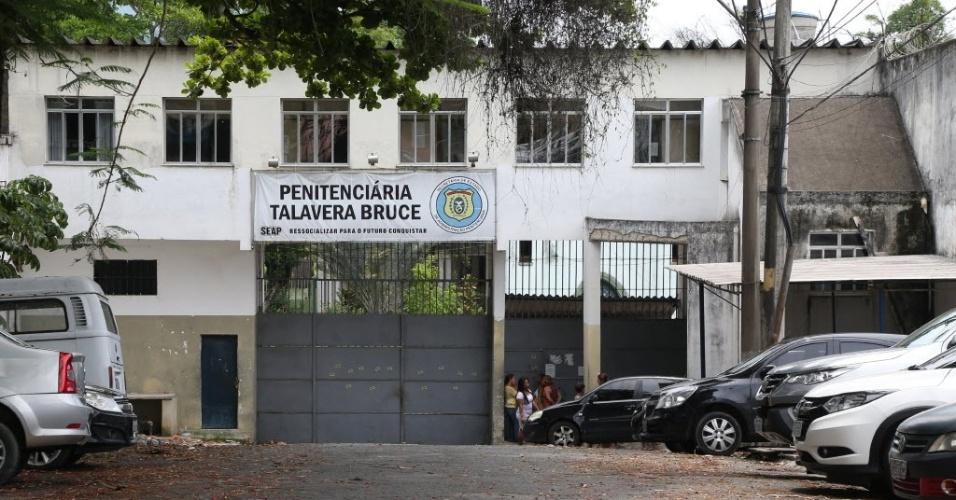 Complexo penitenciário de Bangu. Monitoramento com leitura ótica gerou maior tempo de espera, causando revolta de familiares de detentos