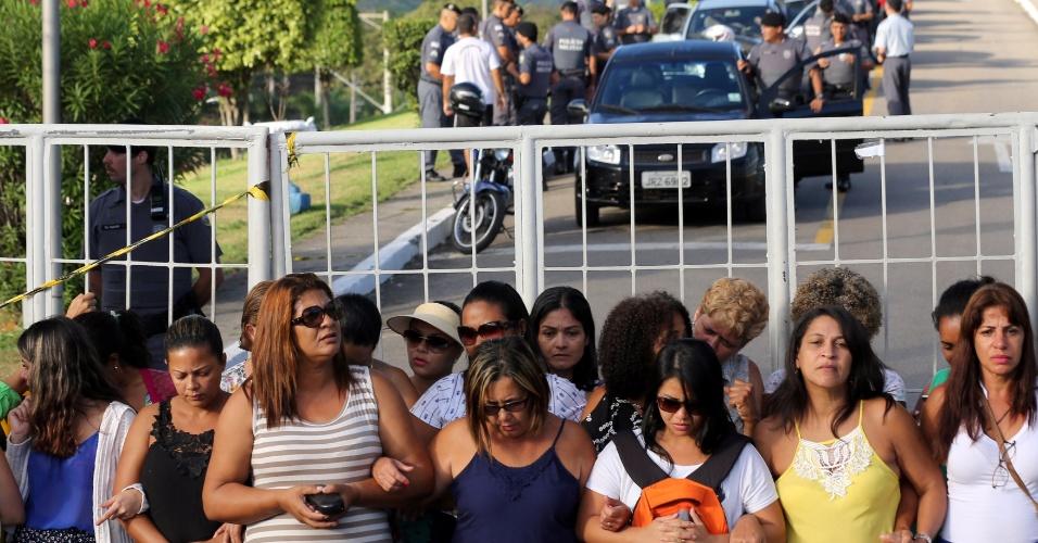 11.fev.2016 - Mulheres de policiais bloqueiam saída de carros do batalhão da Polícia Militar de Vitória. Representantes dos policiais militares e do Governo do Estado chegaram a um acordo, na noite desta sexta-feira (10), em uma reunião sem a participação das mulheres