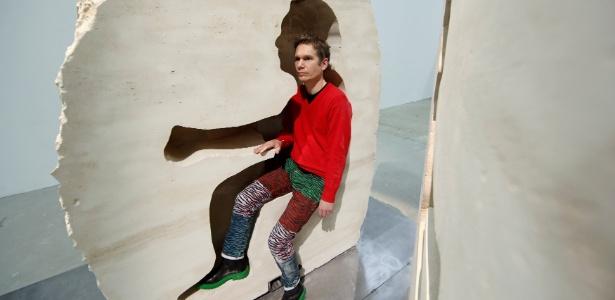 """O artista francês Abraham Poincheval posa em sua obra """"Pierre"""" (Pedra), em Paris, França - Benoit Tessier/ Reuters"""