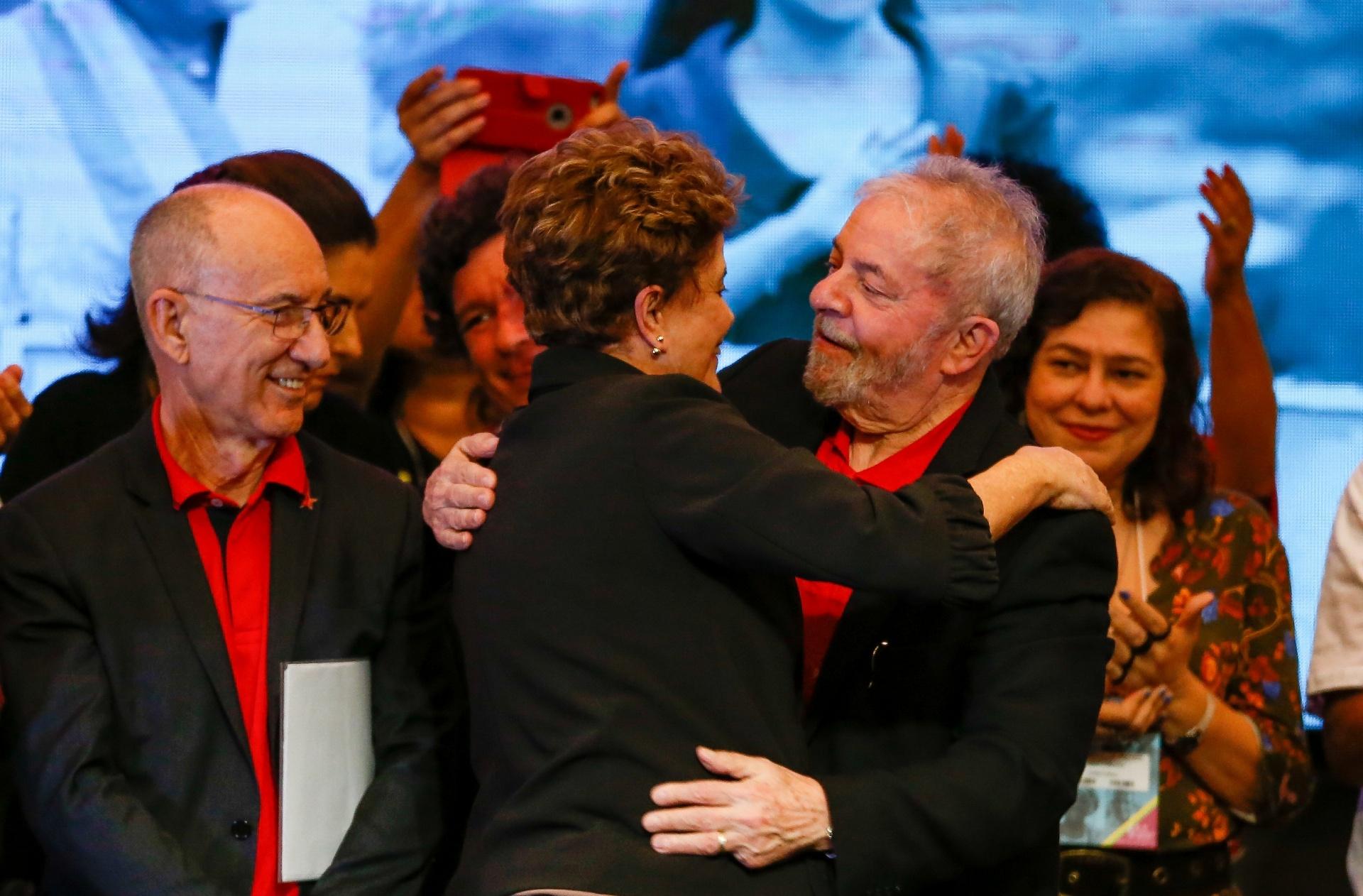 Ao lado do presidente do PT, Rui Falcão (e), os ex-presidentes Dilma Rousseff e Luiz Inácio Lula da Silva se cumprimentam na abertura do 6º Congresso do partido