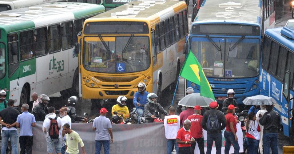 30.jun.2017 - Manifestantes contrários às reformas do governo do presidente Michel Temer (PMDB) bloquearam o trânsito na avenida Antônio Carlos Magalhães, na Pituba, em Salvador