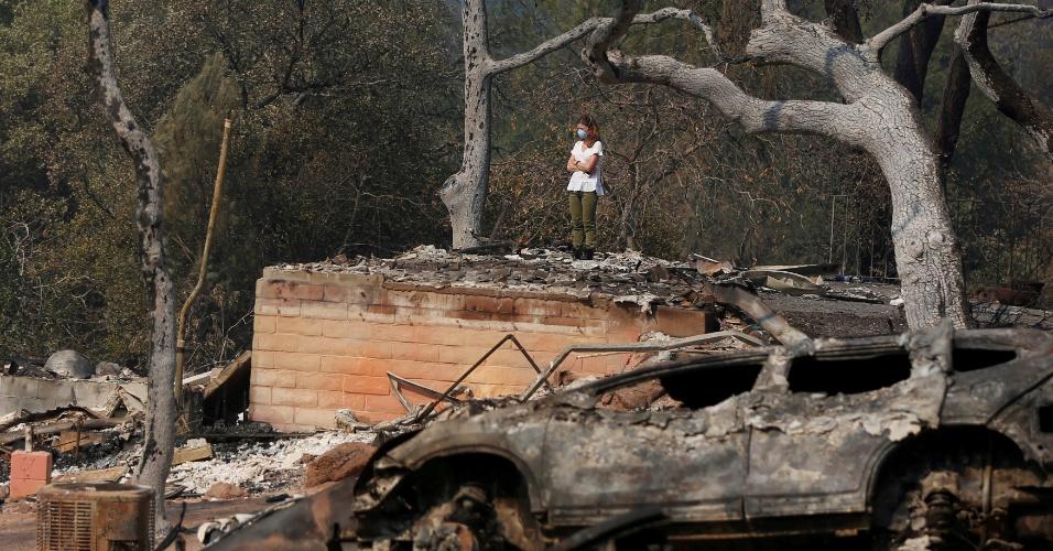 13.out.2017 - Mulher olha para o que sobrou da casa de seus pais na cidade californiana de Napa