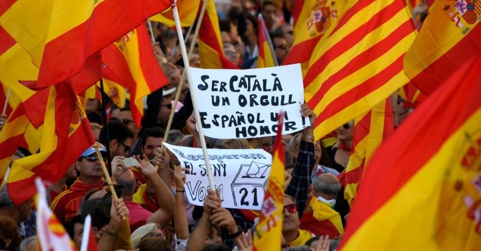 """29.out.2017 - Manifestante segura cartaz que diz """"Ser catalão é um orgulho, ser espanhol é uma honra"""""""