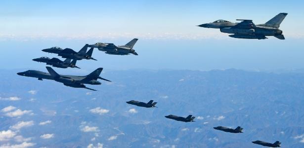 Imagem divulgada pelo ministério da Defesa da Coreia do Sul mostra um B-1B Lancer (esq.), da Força Aérea dos EUA, durante exercícios militares