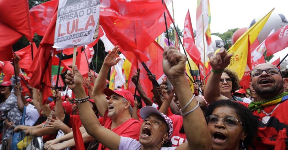 Manifestantes a favor de Lula em protesto na praça da República, centro de São Paulo