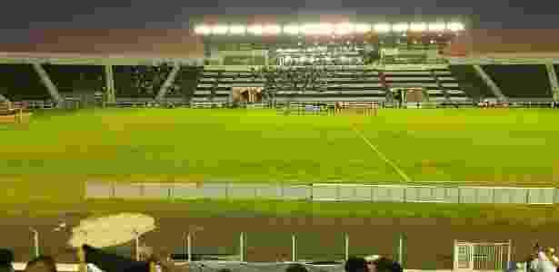 Galaxy A8 lida bem com iluminação artificial noturna em refletores do Limeirão, estádio da Inter de Limeira - Gabriel Francisco Ribeiro/UOL - Gabriel Francisco Ribeiro/UOL