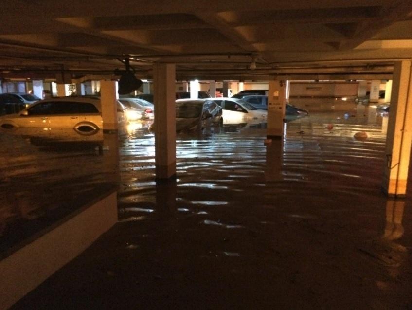 14.fev.2017 - Estacionamento em bairro da Freguesia, em Jacarepaguá, também deixou carros debaixo de água