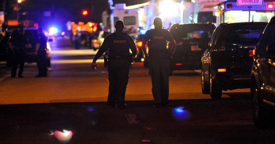14.fev.2018 - Carros da polícia bloqueiam o acesso para a rua do colégio Marjory Stoneman Douglas, onde tiroteio deixou 17 mortos