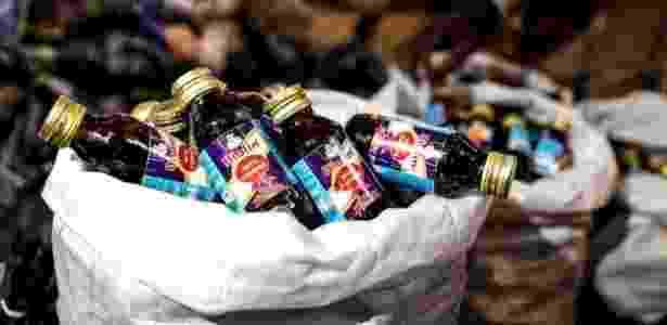 Frascos são vendidos no mercado negro por funcionários das próprias empresas produtoras - BBC