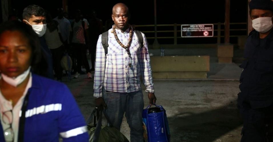 20.mai.2018 - Barco com 27 pessoas (25 imigrantes africanos e dois brasileiros) chega ao cais de São José Ribamar (MA), após mais de 30 dias à deriva no mar