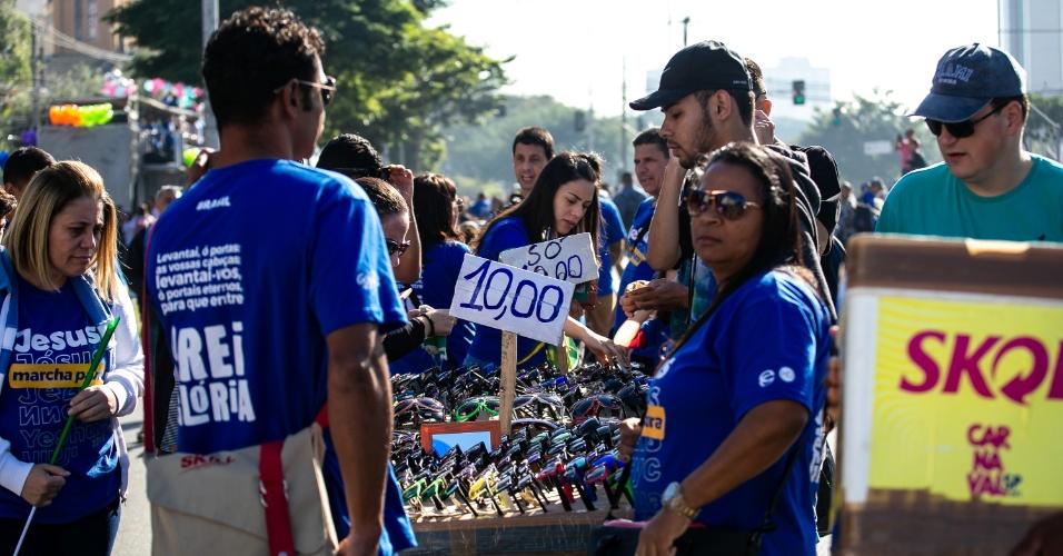 31.mai.2018 - De cerveja até óculos: o que é vendido por camelôs durante 26ª Marcha para Jesus em São Paulo