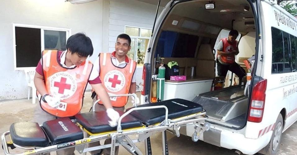 10.jul.2018 - Socorristas preparam ambulância que vai receber um dos resgatados da caverna de Tham Luang, na Tailândia