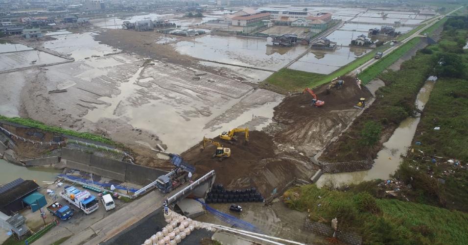 12.jul.2018 - Imagem feita a partir de um drone mostra o local de reconstrução de um aterro e uma estrada danificados pelas fortes chuvas que atingiram a área de Mabicho, na cidade de Kurashiki