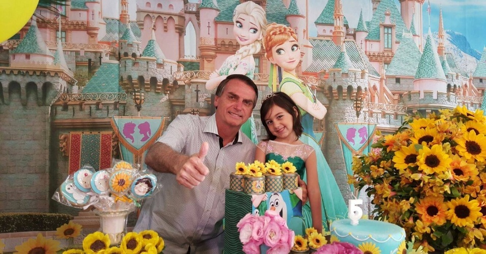 31.out.2015 - Jair Bolsonaro no aniversário de 5 anos de Laura, filha de sua união com Michelle
