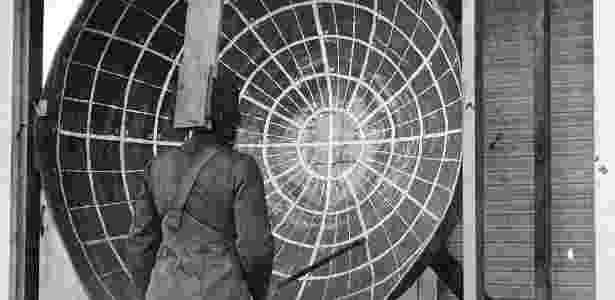 Aparato para testar a visão periférica com máscara de gás - National Archives and Records Administration