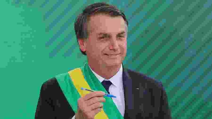 1.jan.2019 - O presidente Jair Bolsonaro assina o termo de posse do cargo no Congresso Nacional - Sergio Lima/AFP