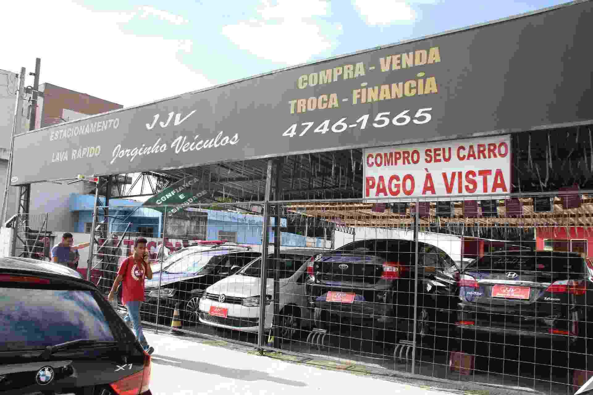Fachada da concessionária Jorginho Veículos, onde o proprietário Jorge Antonio de Moraes foi baleado pelo sobrinho, Guilherme Taucci de 17 anos, em seu escritório, dentro da loja. Após atirar no tio, Guilherme seguiu junto com Luiz Henrique de Castro de 25 anos, de carro para a escola onde atiraram dentro da Escola Estadual Raul Brasil, em Suzano (SP). Os dois encapuzados mataram mais de sete pessoas e cometeram suicídio em seguida - Mauricio Sumiya/Futura Press/Folhapress