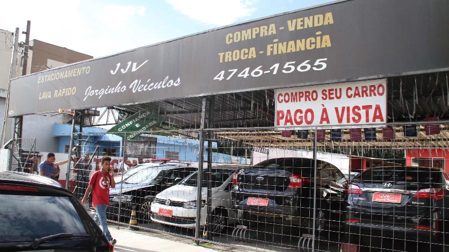 Fachada da concessionária Jorginho Veículos, onde o proprietário Jorge Antonio de Moraes foi morto em Suzano - Mauricio Sumiya/Futura Press/Folhapress