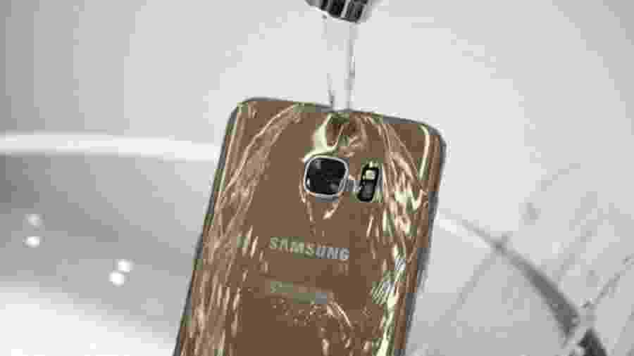 Segundo órgão de proteção ao consumidor australiano, telefones não são resistentes à água salgada ou a de piscinas, ao contrário do que foi divulgado por gigante de tecnologia sul-coreana - Reprodução