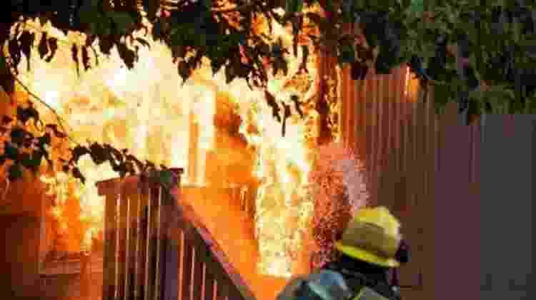 Um dos riscos imediatos após um terremoto são incêndios causados por falhas elétricas - AFP/BBC