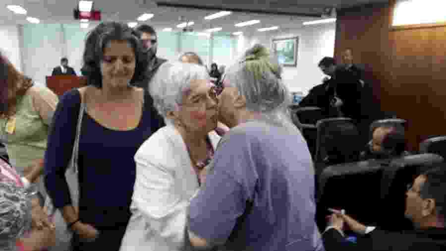 A viúva de Merlino, Ângela Mendes de Almeida, de branco, beija a irmã, Márcia, ao final do julgamento - Marcelo Oliveira/UOL