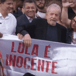 O ex-presidente Luiz Inácio Lula da Silva (PT) deixa a Superintendência da Polícai Federal em Curitiba - Reprodução