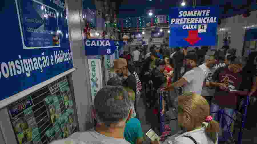 Apostadores enfrentam casas lotéricas em véspera de Mega da Virada - Jardiel Carvalho - 30.dez.2017/Folhapress