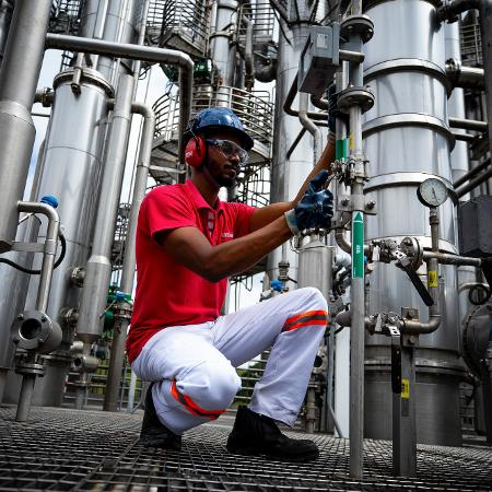 31.mar.2020 - Trabalhador na produção industrial da Ambev durante pandemia do novo coronavírus - Buda Mendes / Getty Images
