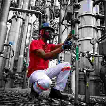 31.mar.2020 - Trabalhador na produção industrial da Ambev durante pandemia da covid-19 - Buda Mendes / Getty Images