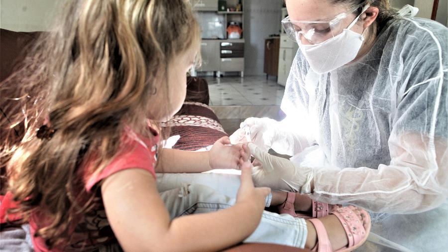Criança é testada por pesquisadora - Divulgação