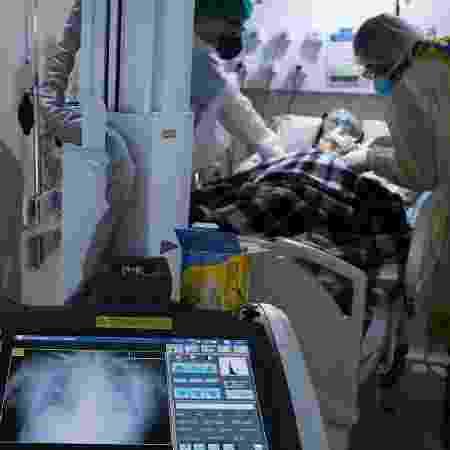 Paciente com coronavírus em hospital de campanha no Rio de Janeiro (RJ) - RICARDO MORAES