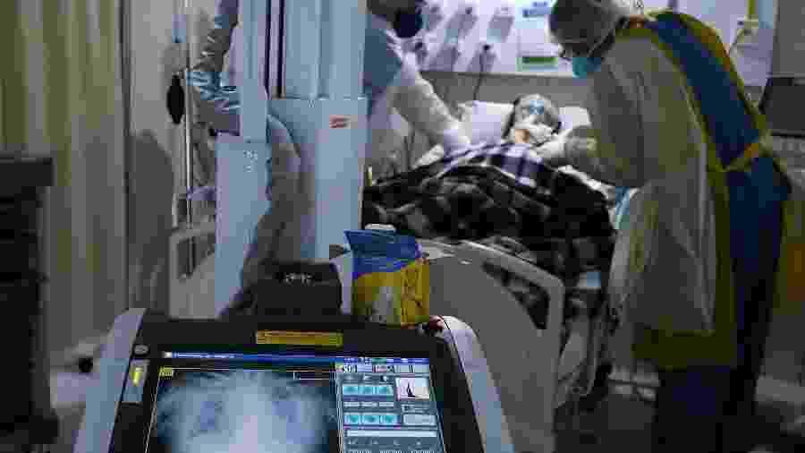 Paciente com coronavírus em hospital de campanha no Rio de Janeiro, RJ - RICARDO MORAES