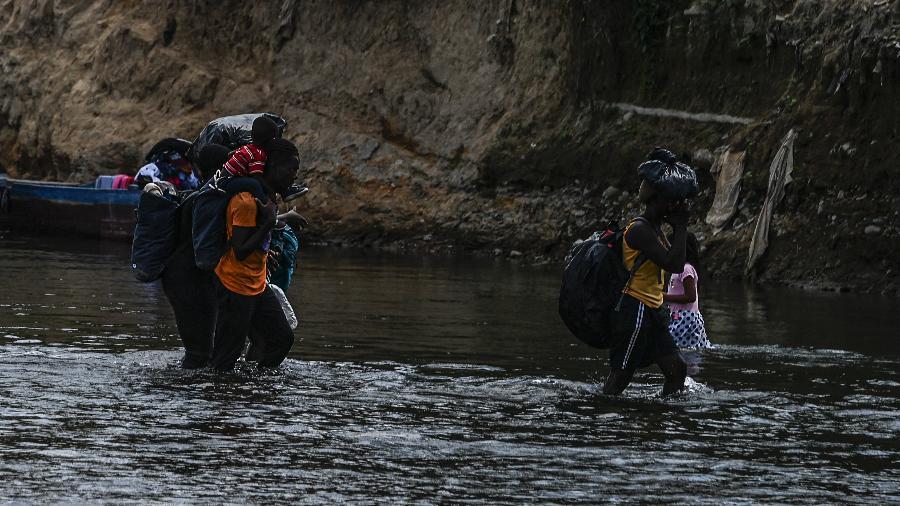 10 fev. 2021 - Migrantes haitianos e de vários países afircanos cruzam o rio Chucunaque, na província de Darien, Panamá - Luis Acosta/AFP