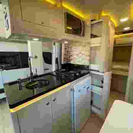 Interior de motorhome com cozinha equipada - Adventure Travel Chapecó/Divulgação - Adventure Travel Chapecó/Divulgação