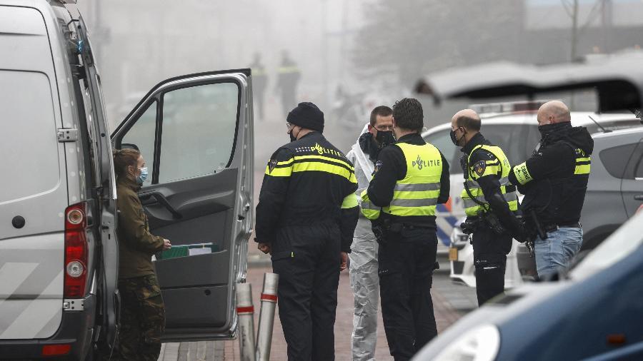 Policiais no local onde ocorreu explosão perto de centro de diagnóstico de covid-19 em Bovenkarspel, na Holanda - Koen van Weel/AFP