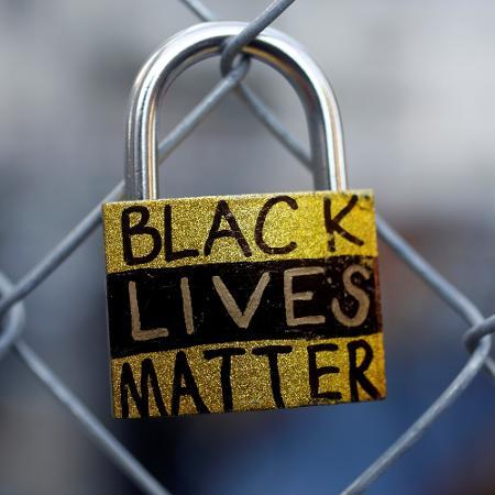 """Cadeado escrito """"Vidas negras importam"""" é visto em protesto durante o primeiro dia do julgamento do ex-policial Derek Chauvin pela morte de George Floyd - Octavio Jones/Reuters"""