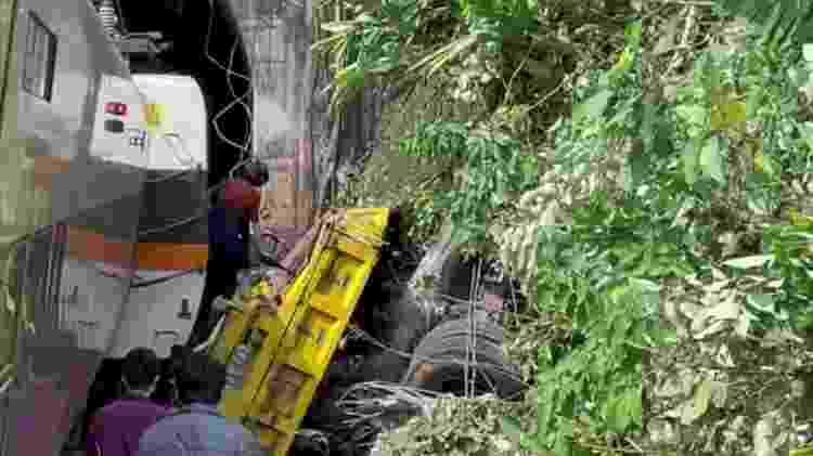Imagem mostra o que seria destroço do caminhão suspeito de provocar descarrilamento de trem em Taiwan - FTV via Reuters - FTV via Reuters