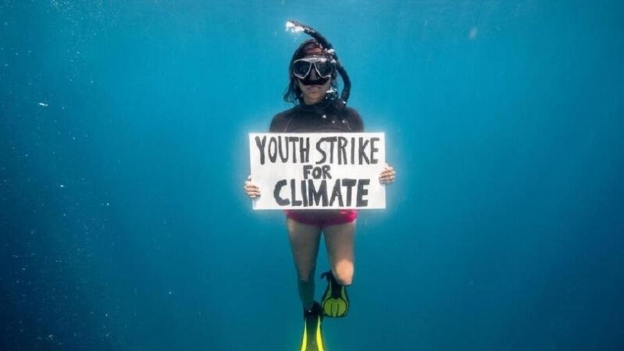 "Shaama Sandooyea realizou a primeira ""greve"" subaquática do mundo em março - Tommy Treenchard/Greenpeace"