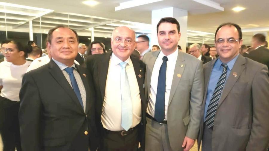 Na foto, reverendo Amilton Gomes (à direita) ao lado do senador Flávio Bolsonaro - Reprodução