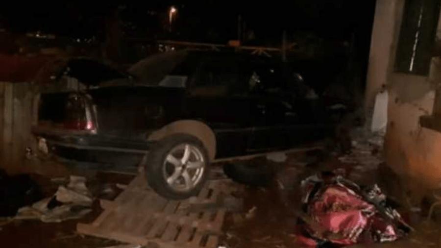 Um carro modelo Monza invadiu uma casa localizada às margens da rodovia GO-070, em Goiânia, atropelando seis pessoas - deixando cinco feridos e um morto, na noite de ontem - Divulgação/Delegacia de Investigação de Crimes de Trânsito
