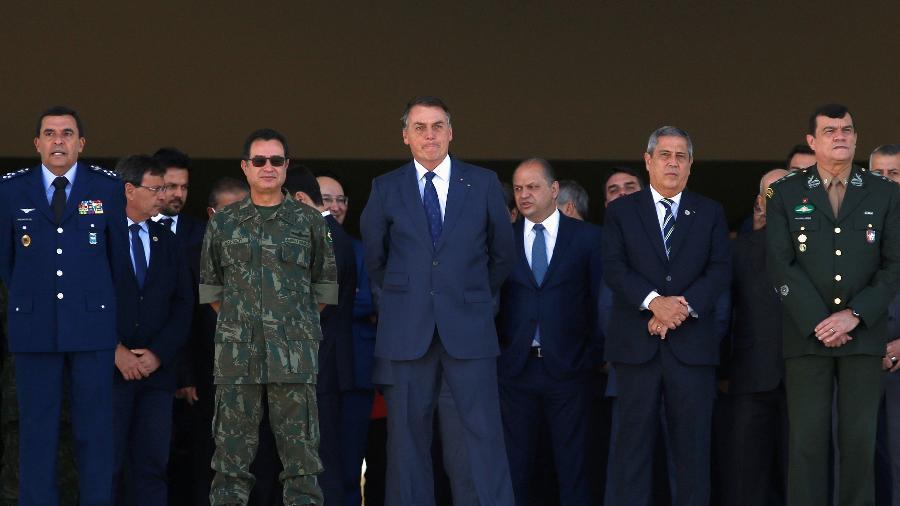 Jair Bolsonaro ao lado de chefes militares enquanto assistia a desfile de tanques e blindados em Brasília - Adriano Machado/Reuters
