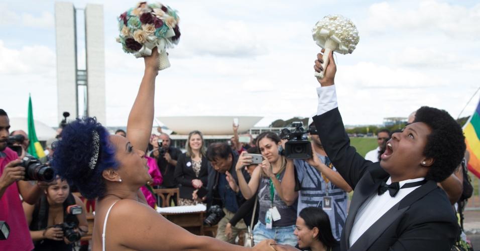 28.jun.2015 - Casais homossexuais se casam em frente ao Congresso Nacional, em Brasília, durante casamento coletivo antes da Parada Gay na capital federal, neste domingo (28)