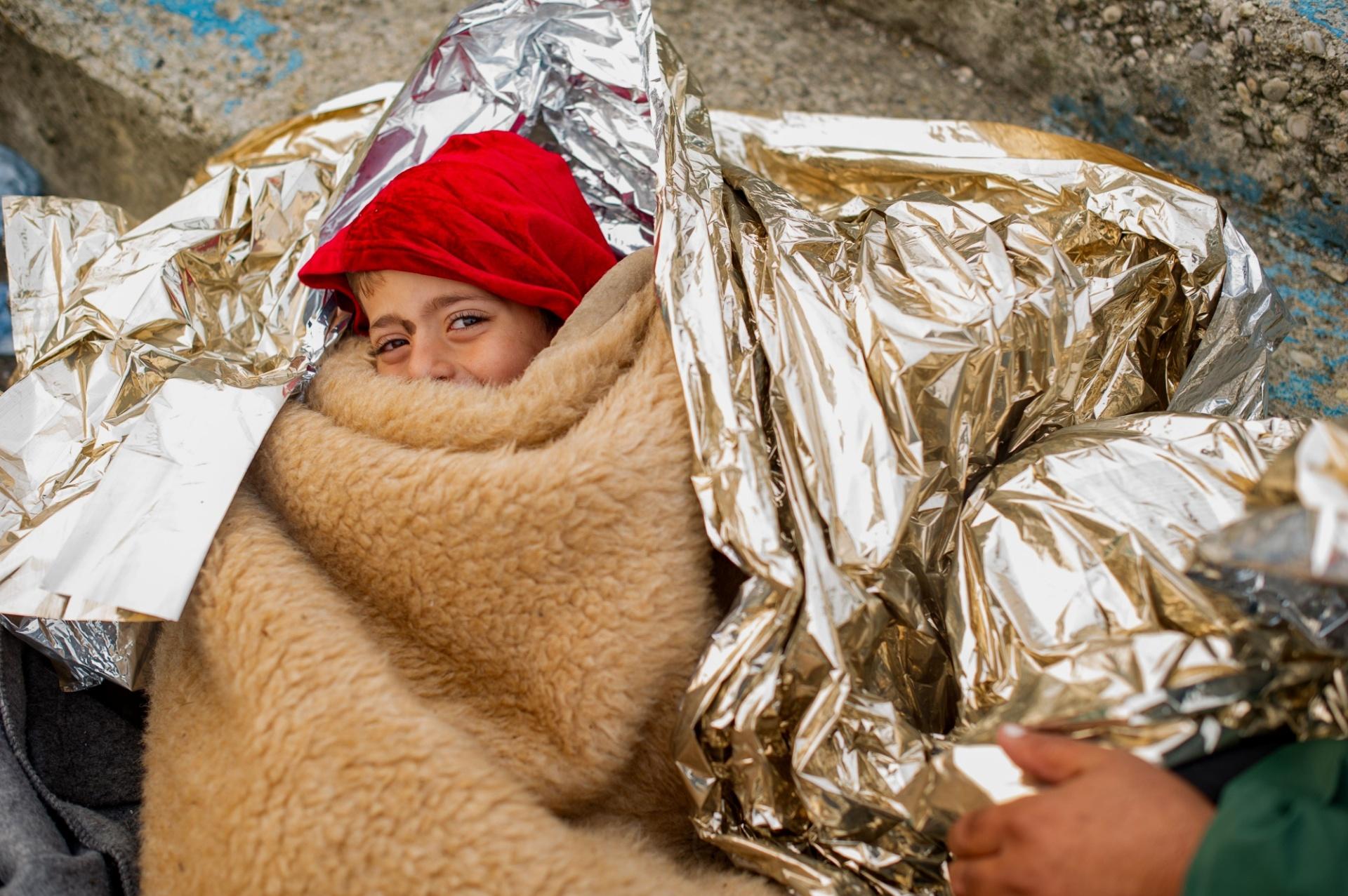 24.out.2015 - Criança embrulhada em cobertores descansa enquanto refugiados esperam para cruzar a fronteira esloveno-austríaca entre em Sentilj e Spielfeld. Cerca de 7.000 imigrantes atravessaram a fronteira para em direção à Áustria desde quinta-feira (22), enquanto cerca de 5.000 ainda esperam em Spielfeld para seguir viagem desde o início de outubro, segundo a polícia