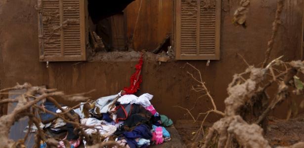 A janela de uma casa danificada após o rompimento das barragens da mineradora Samarco na cidade de Mariana