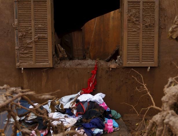 Janela de casa em Bento Rodrigues (MG) danificada por rompimento de barragem
