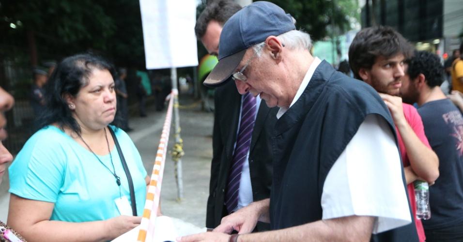 13.nov.2015 - Conhecido defensor dos direitos humanos, o padre Júlio Lancelotti, 66, esteve na escola estadual Fernão Dias na tarde desta sexta para prestar apoio à ocupação dos estudantes que dura quatro dias