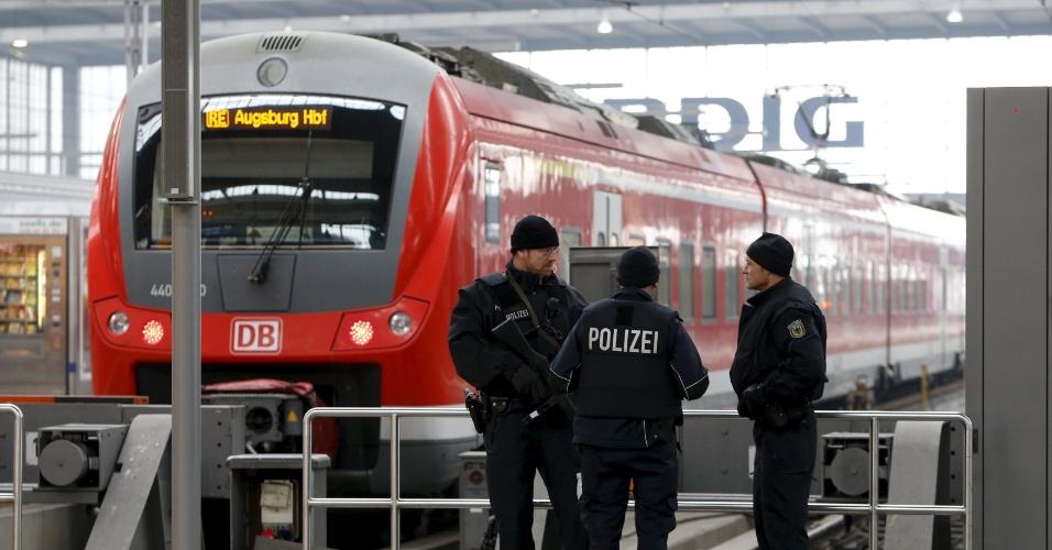 1º.jan.2016 - Policiais alemães fazem a segurança na principal estação de trem de Munique, na Alemanha. A polícia continua em alerta após a ameaça de um atentado jihadista na cidade de Munique, no sul da Alemanha, que obrigou ontem à noite a evacuar duas estações da capital do estado da Bavária