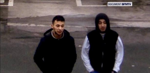 Salah Abdeslam e seu suposto cúmplice, Hamza Attou, são vistos próximo a posto de gasolina em uma estrada entre Paris e Bruxelas, em Trith-Saint-Leger, na França; imagem é de 14 de novembro de 2015
